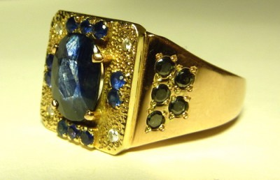 Перстень с темно-синим сапфиром