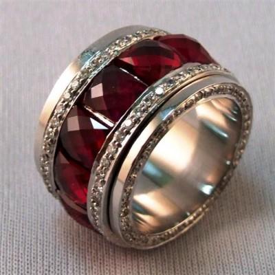 Кольцо с рубиновыми камнями