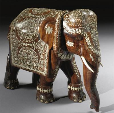 Слон с опущенным вниз хоботом