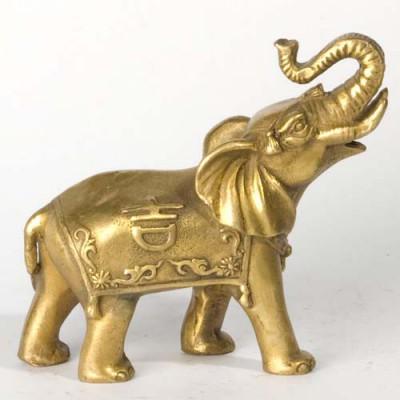 Слон с поднятым вверх хоботом