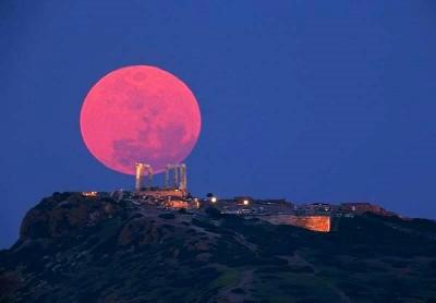 Красноватая луна