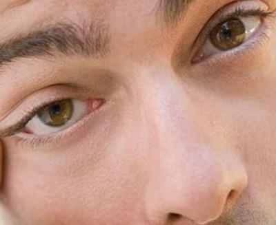 Подергивание правого глаза